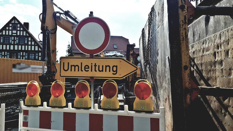 Umleitung: In der benachbarten Schützenstraße haben die Bauarbeiten an Straße und Kanal begonnen. Über eine Umleitung finden Sie zur Westringstraße 1.