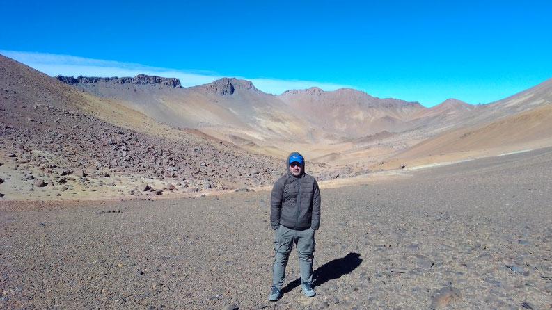 Guille posando, en el fondo el Cráter del volcán Bertrand