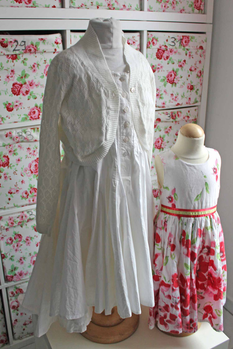 Second-Hand: Weißes und roas-geblümtes Mädchen-Sommerkleid