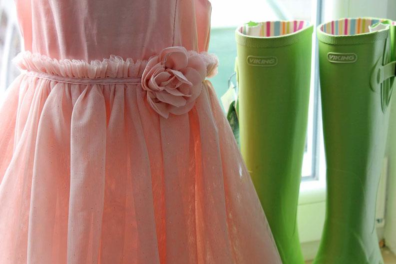 Second-Hand: rosa Sommerkleid und grüne Gummistiefel
