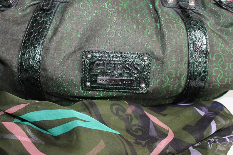 Second-Hand: Grüne Designertasche mit Designer-Halstuch