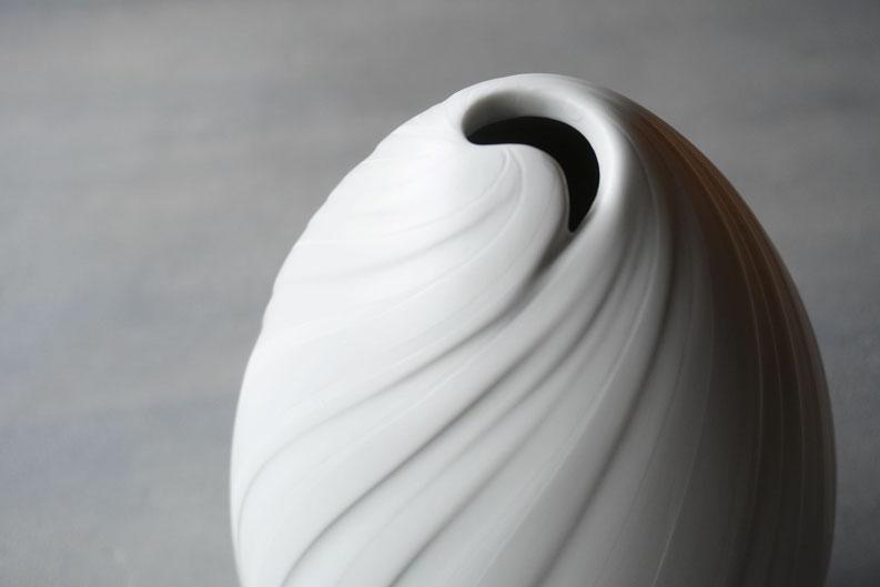 白のグラデーションが美しい壺:釉薬の濃淡と彫による陰影が折り重なった美しい白のグラデーション