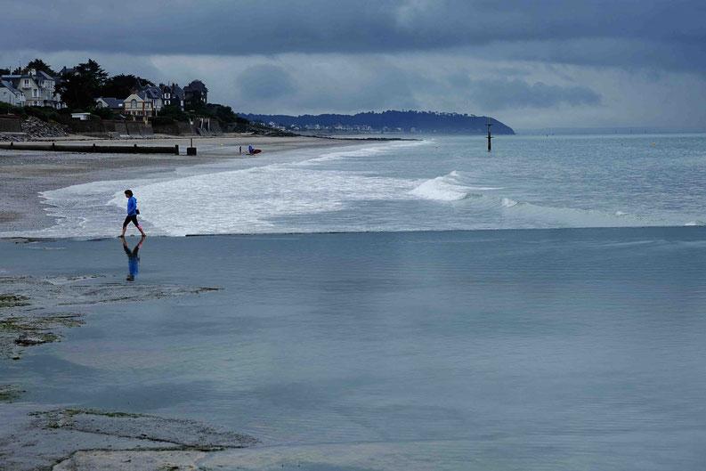 Mathieu Guillochon, photographe, couleurs, rivages, Manche, marée haute, Saint Pair, Cotentin, ciel, estran, rivages, nuages, promeneuse, pisicne d'eau de mer