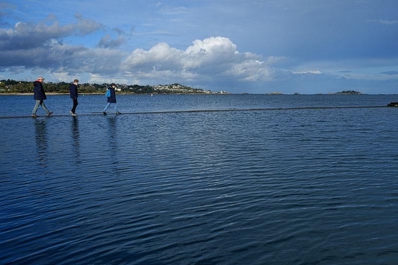 Mathieu Guillochon, photographe, rivages, couleurs, Paimpol, marée haute, piscine d'eau de mer, côtes d'armor, Bretagne, jetée, promeneurs
