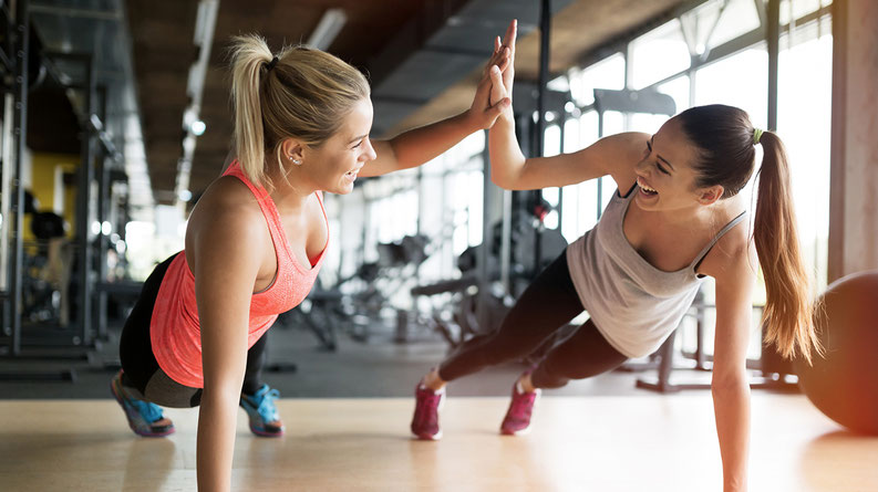 Zwei Frauen machen Fitness