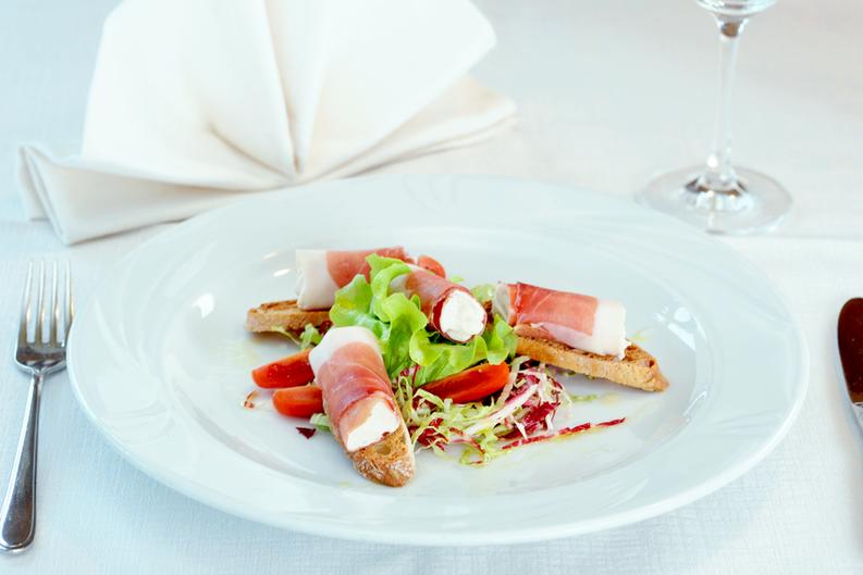 Speckmousse auf knusprigen Breatlen - Mousse di Speck su croccanti panini - Dorfnerhof Restaurant Ristorante Montan Montagna Gourmet Südtirol Alto Adige