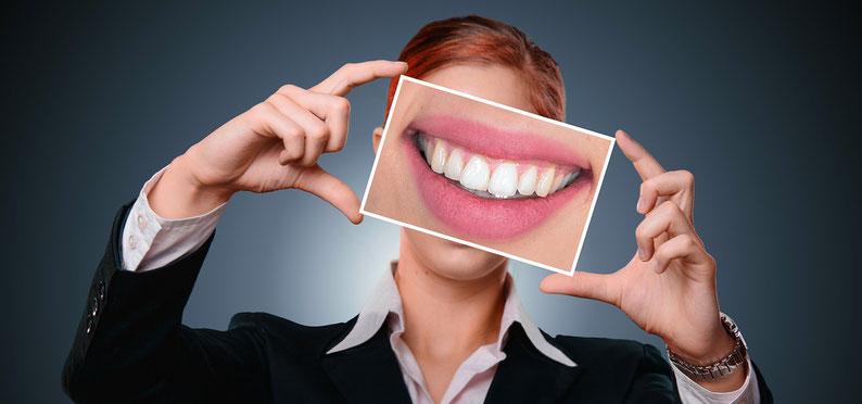 Frau mit einem Bild vom Gebiss mit krank durch wurzelbehandelte Zähne