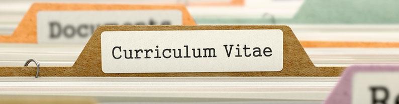 """Aktenablage mit dem Titel """"curriculum vitae"""""""