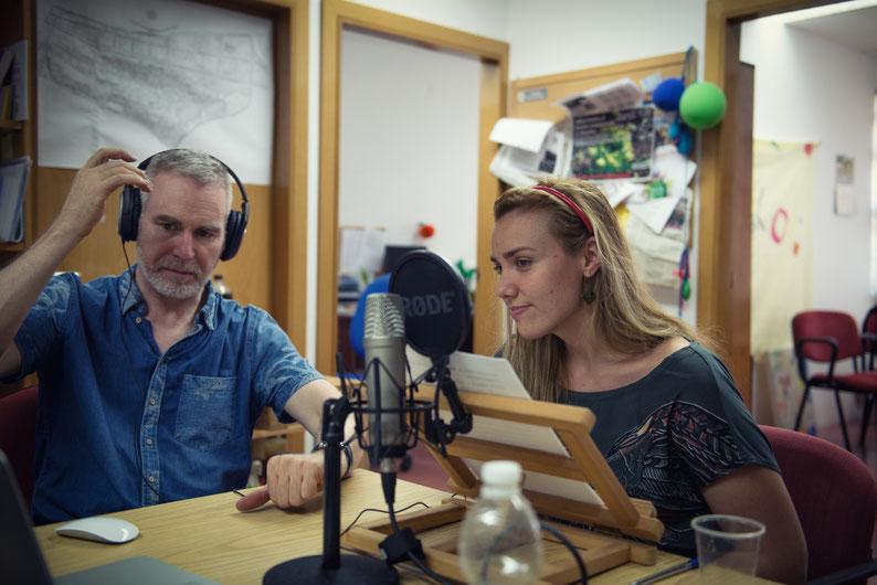 Ayudando a la asociación de vecinos a grabar una cuña con una actriz de doblaje extraordinaria, María Páez.