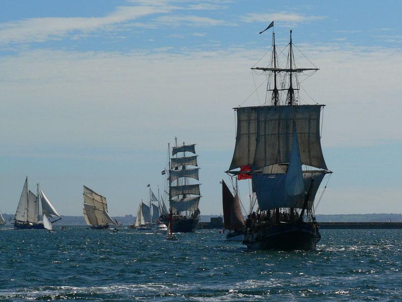 Brest 2012,il y a du monde à l'entrée du port !