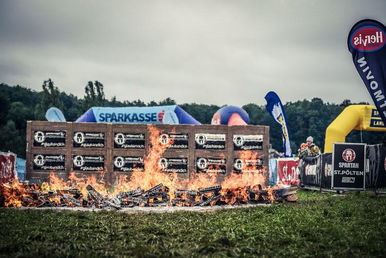 Bevor es über die letzte (etwa zweieinhalb Meter hohe) Wand und durch das Feuer zur Ziellinie geht, müssen beim Spartan Race noch zahlreiche weitere Hindernisse überwunden werden.