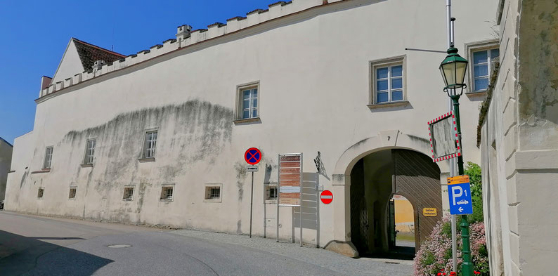 Der Lindenhof (Pfarrhof) oberhalb der Burg Raabs