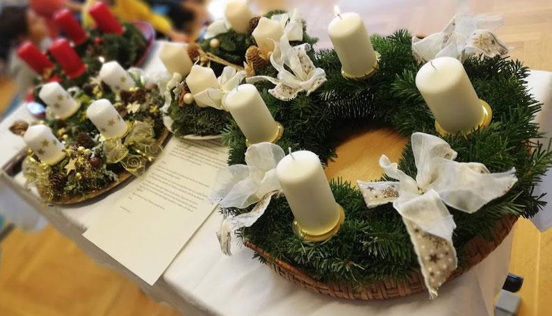 Der Adventkranz, eine evangelische Erfindung, die auch im katholischen Österreich ein Dauerbrenner ist. Man beachte das geniale Wortspiel.