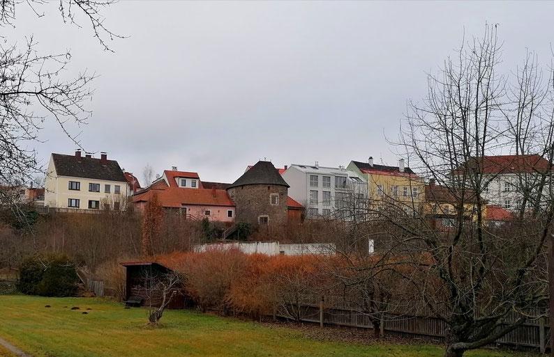 In der Bildmitte sieht man den Passauer Turm, das ehemalige Stadtgefängnis, in dem der unglückliche Kaspar Pomeisl nach seiner Ergreifung inhaftiert wurde.