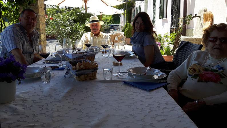 Roberto mit Vater und Verwandten: Nicht alle wollten aufs Bild, aber alle fühlten sich wohl.