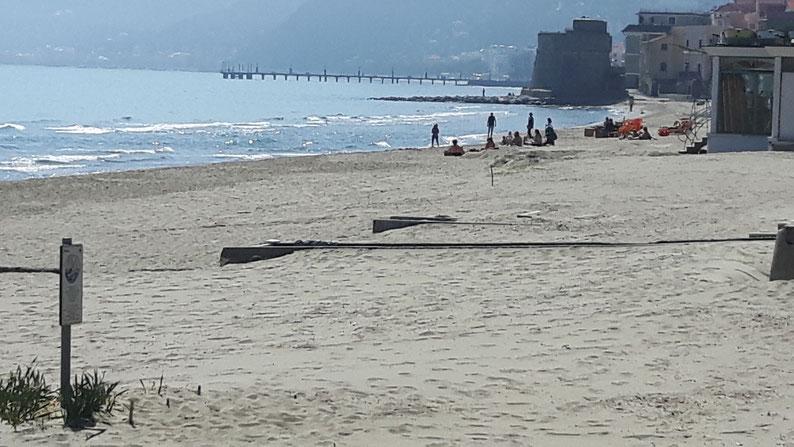 Nur ein Teil des langen Strandes von Alassio