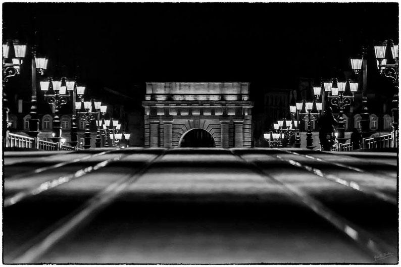 bordeaux porte de bourgogne pont de pierre, noir et balnc photo de nuit street photo bordeaux