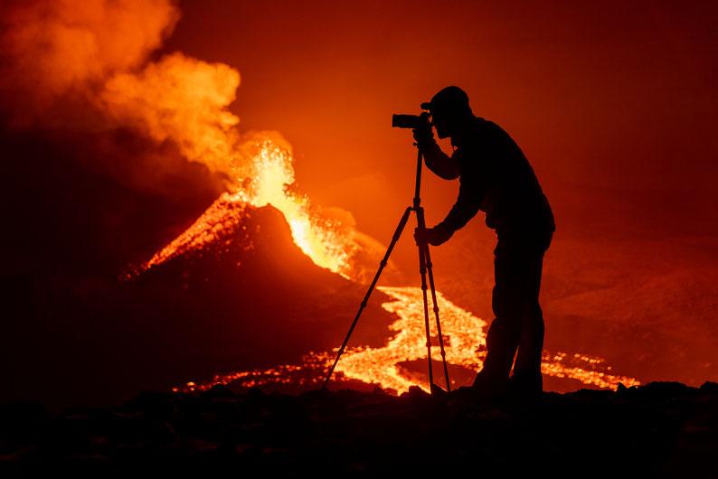 Olli bei der Arbeit vor dem brodelnden Vulkan
