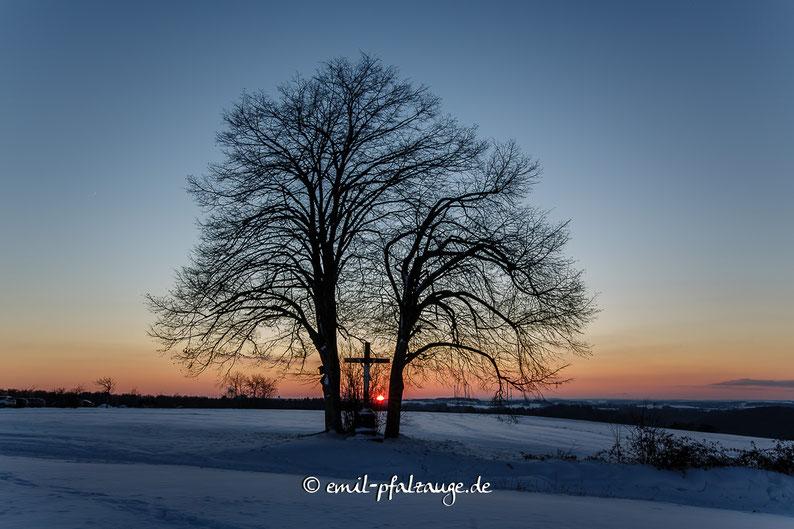 Sonnenuntergang am Feldkreuz beim Monolith