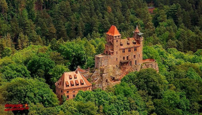 """Burg Berwartstein aus der Serie """"Nur Fliegen ist schöner"""""""