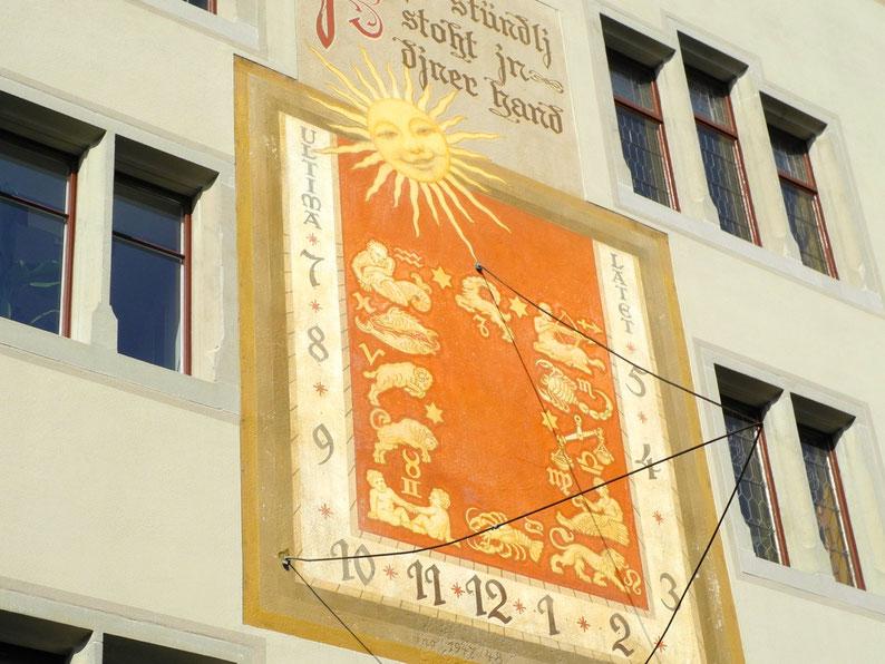 "Die Sonnenuhr am Rathaus Rapperswil: ""Mjs stündlj stoht jn djner hand"""