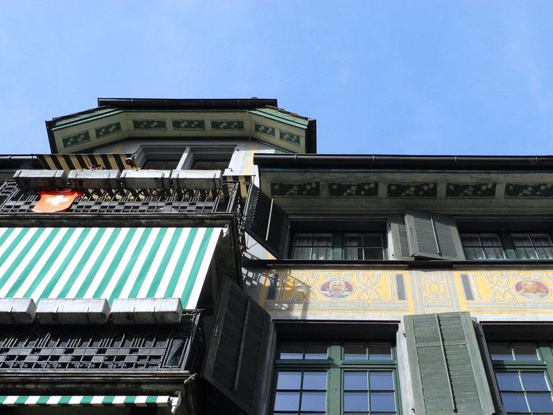 Fassade mit Porträts von Schweizer Helden wie Winkelried und Wilhelm Tell (Rapperswil)