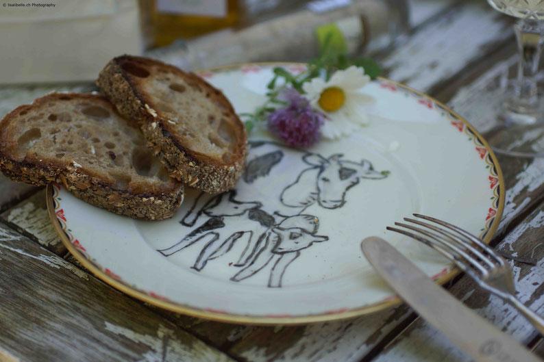 Kühe & die Natur inspirieren mich! Den alten Vintage-Teller habe ich in einem DIY-Projekt umgewandelt und daraus ist ein Plättli für Käse geworden. Die Kuh-Familie hat mich dazu inspiriert.