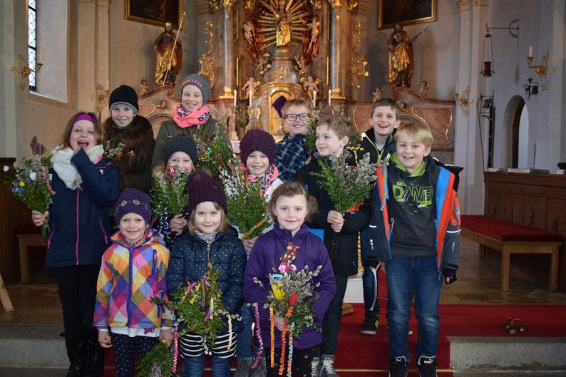 Die derzeitigen Sänger/innen des Kinderchores nach dem Palmsonntagsgottesdienst, an dem sie aktiv beteiligt waren.