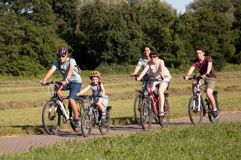 Junge mit dem Fahrrad unterwegs