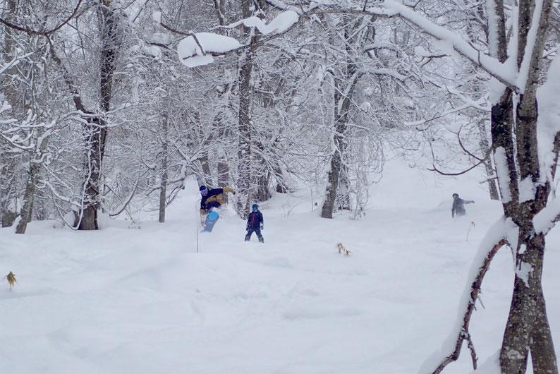 マッシュを飛ぶスノーボーダー