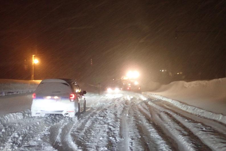 旭岳温泉へ向かう道で立ち往生する車
