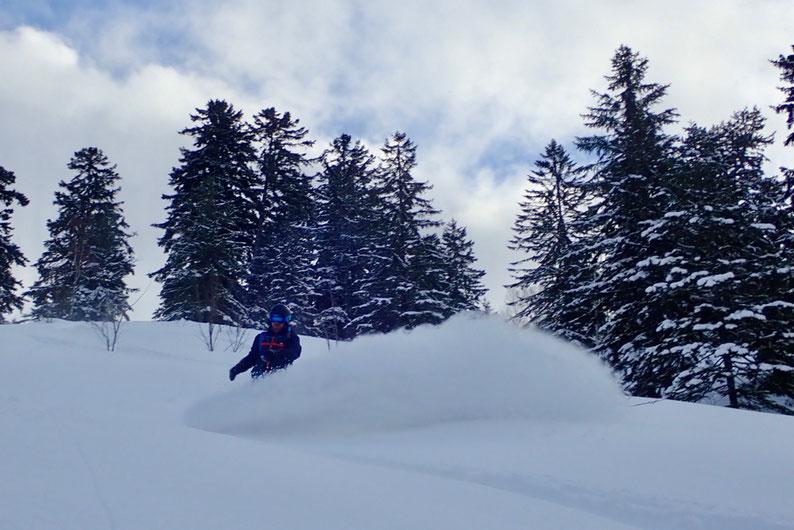 スプレーを上げるスノーボーダー