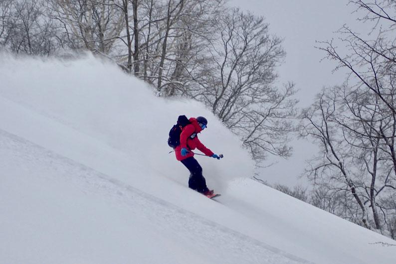 道北の里山を滑るスノーボーダー