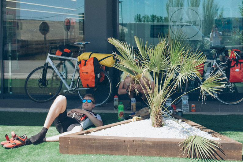 Biking Adventure in Spain - Requena: Lunch break in front of Lidl :)