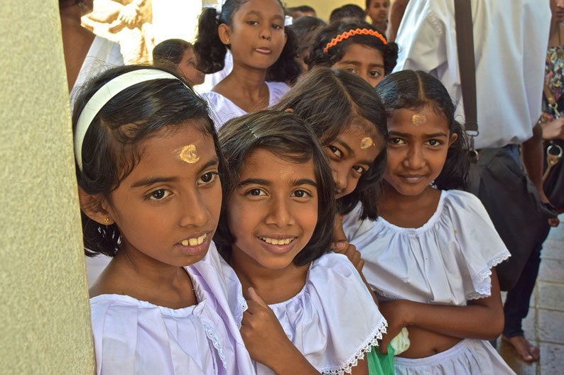 9 Days in Sri lanka - Friendly girls at the temple