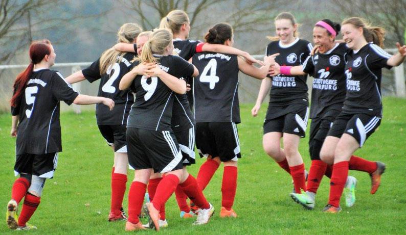 Torschützin Nina Schuback (rechts) freut sich mit der Mannschaft über den Treffer zum 1:1 gegen den Tabellenführer ESV Herborn (Foto: Nicole Preis)