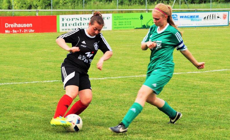 Auch die kommende Saison verspricht packende Zweikämpfe wie hier zwischen Doreen Grau (FSG Ebsdorfergrund, am Ball) und Janina Ortmüller (Kickers Erdhausen)