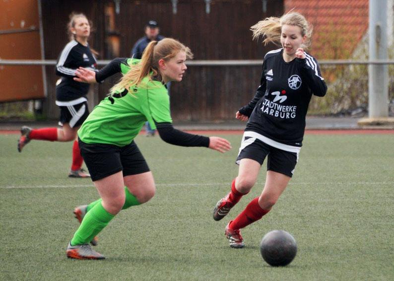 Mit einer guten Leistung erkämpften sich Sarah-Maria Wege (re.) und Sarah Braun (im Hintergrund) mit dem Team der FSG Ebsdorfergrund in Eschenburg ein 1:1