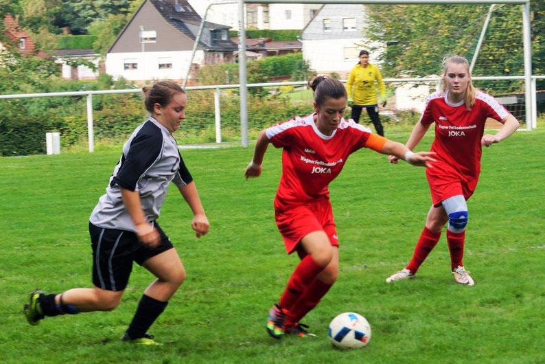Siegten mit dem Team der FSG verdient gegen den SV Hartenrod: die ehemalige Ebsdorfergrund-Juniorin Fiona Kempf, Torfrau Manita Pohlner und die neue Mannschaftsführerin Tessa Eisenberg (von rechts)