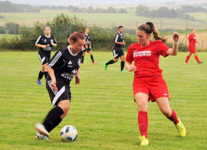 Doreen Grau (am Ball) hatte im Kreispokalfinale mit dem Team der FSG Ebsdorfergrund einen schweren Stand gegen einen starken FC Weimar