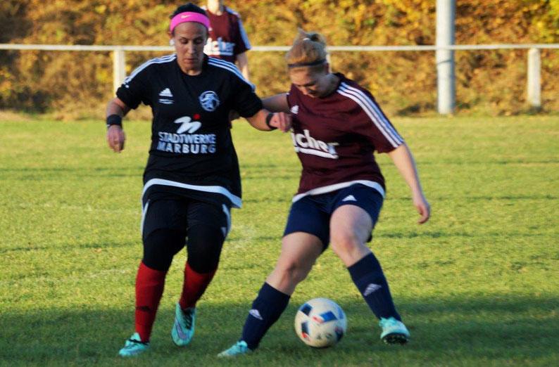 FSG-Stürmerin Katica Choukeir (li.) siegte mit dem Team der FSG Ebsdorfergrund 5:0 gegen den TV Kesselbach