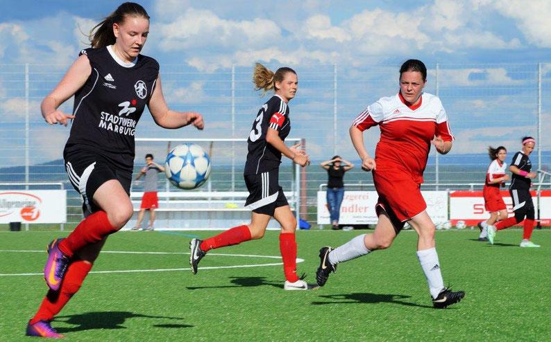 Die Angreiferinnen der FSG Ebsdorfergrund mit Nina Schuback, Larissa Henss und Katica Choukeir (dunkle Trikots von links) wollen mit ihrem Team im letzten Spiel der Saison  2016/17 gegen den TSV Lang-Göns noch einmal punkten