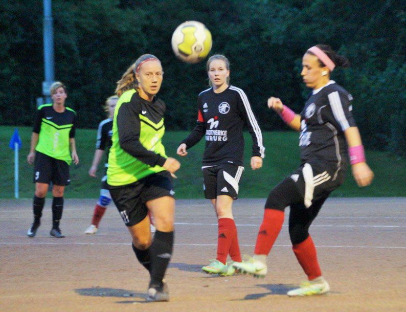 Die FSG Ebsdorfergrund mit Katica Choukeir (rechts) und Mannschaftsführerin Sarah Wege (2. von rechts) verliert unglücklich 1:2 in Wetzlar-Hermannstein
