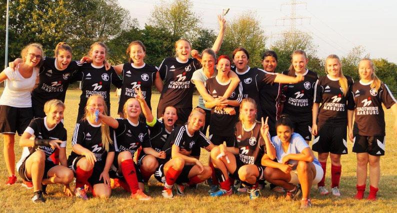 Das Team der FSG Ebsdorfergrund feiert den ersten Sieg in der Oberliga Gießen/Marburg über den TSSV Schönbach