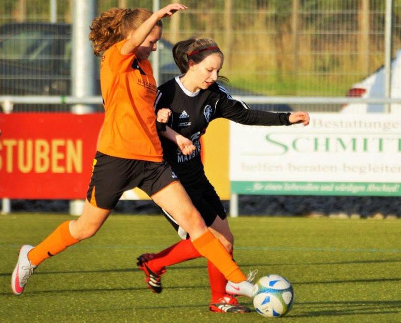 Sarah Maria Wege (FSG Ebsdorfergrund, re.) im Zweikampf mit ihrer Gegenspielerin vom SSV Frohnhausen