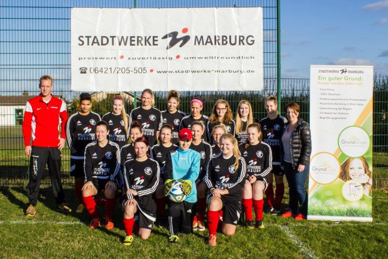 Monika Mross (re.), Abteilungsleiterin Marketing unseres Sportpartners Stadtwerke Marburg GmbH, überreichte der Mannschaft einen neuen Satz Langarmtrikots.
