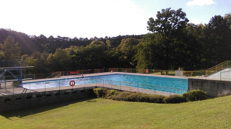 Terrassenbad: Das große Becken mit dem Sprungturm