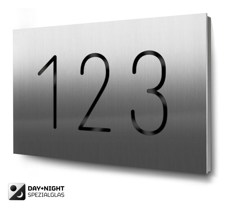 Beispiel für eine dreistellige Hausnummer beleuchtet in Edelstahl