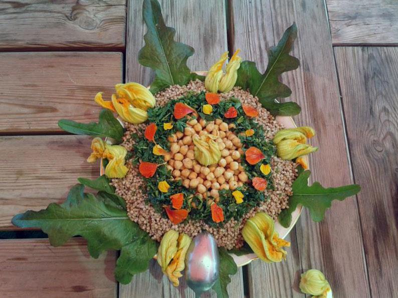 Avec des fleurs de courgette et de capucine