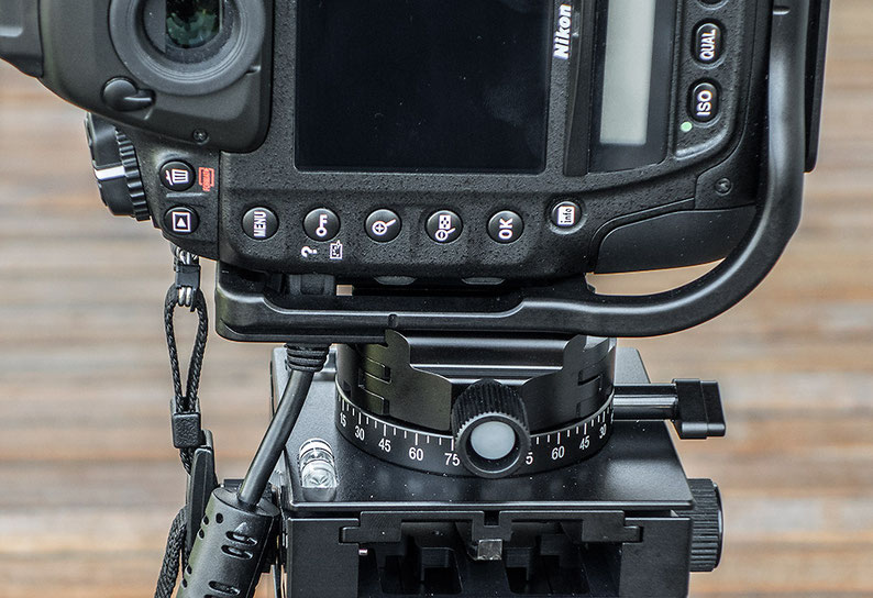 USB-Kabel-Steuerung der NIKON D4, D4s, D5 trotz montiertem L-Winkel BL-D4 von KIRK. Foto Klaus Schoerner